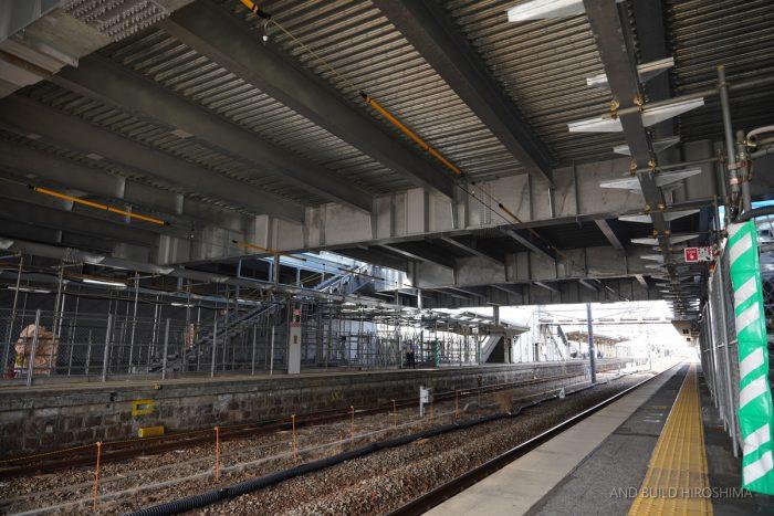 JR西広島駅橋上化工事 2021.03(Vol.11) 人工地盤に覆われたホーム ...